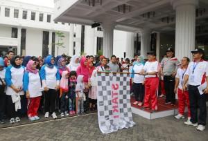 Mensesneg Pratikno melepas peserta jalan santai peringatan HUT ke-44 Korpri, di halaman Gedung II Kemensetneg, Jakarta, Minggu (29/11) pagi
