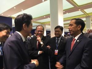 Presiden Jokowi bertemu PM Jepang Shinzo Abe di sela acara KTT Perubahan Iklim, di Paris, Perancis, Senin (30/11). Foto: Rusman/Setpres