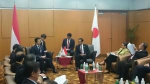 Presiden Jokowi didampingi sejumlah menteri bertemu dengan PM Jepang Shinzo Abe, di sela-sela KTT ASEAN, di Kuala Lumpur, Malaysia, Minggu (22/11). Foto: Cahyo/Setpress