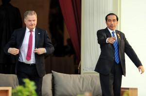 Presiden Jokowi menunjukkan sesuai kepada Presiden Finlandia Sauli Vainamo Niinisto, yang mengunjunginya di Istana Merdeka, Jakarta, Selasa (3/11) sore
