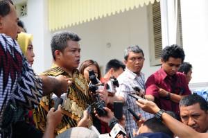 Ketua KPPU Syarkawi Rauf menjawab wartawan seusai diterima Presiden Jokowi, di Istana Merdeka, Jakarta, Jumat (13/11)