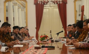 Presiden Jokowi menerima pimpinan KPU, Bawaslu, dan DKPP, di Istana Merdeka, Jakarta, Selasa (3/11)