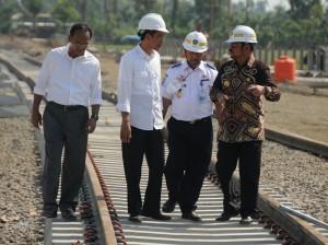 Presiden Jokowi didampingi Gubernur Sulsel Syahrul Yasin Limpo meninjau pembangunan jalur kereta Trans Makassar, di Kab. Barru, Sulsel, Rabu (25/11)