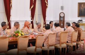 Presiden Jokowi didampingi Mensesneg Pratikno menerima direksi BPJS dipimpin Dirutnya Fahmi Idris, di kantor Presiden, Jakarta, Jumat (20/11). Foto: Laily/Setpres