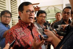 Seskab Pramono Anung menjawab wartawan, di kantor Kepresidenan, Jakarta, Selasa (17/11) siang