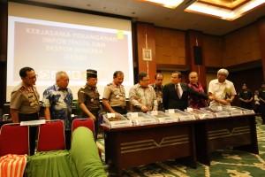 Menkeu Bambang Brodjonegoro didampingi Kapolri dan Dirjen Bea dan Cukai menunjukkan barang bukti impor ilegal tekstil dan ekspor ilegal minerba, di Jakarta, Senin (9/11)
