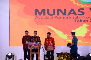 Presiden Jokowi didampingi Mendagri dan Gubernur Sulsel membuka Munas V APPSI, di Makassar, Rabu (25/11) malam