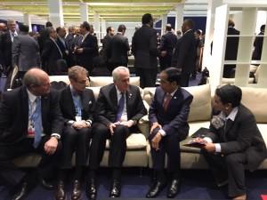 Presiden Jokowi didampingi Menlu Retno Marsudi berbincang dengan PM Belanda Mark Rutte, di sela-sela KTT Perubahan Iklim, di Paris, Perancis, Senin (30/11). Foto: Rusman/Setpres