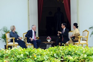 Presiden Jokowi didampingi Ibu Negara Iriana berbincang santai dengan PM Australia Malcolm Turnbull dan istrinya Lucy, di halaman samping Istana Merdeka, Jakarta, Kamis (12/11)