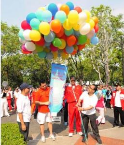 Mensesneg Pratikno melepas balon sebagai tanda dimulainya POR HUT ke-44 KORPRI, di lingkungan Istana Kepresidenan, Jakarta, Jumat (13/11) pagi