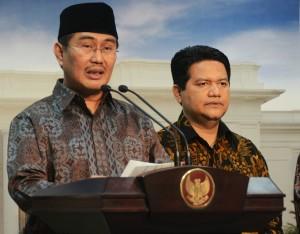 Ketua DKPP Jimly Asshidiqi didampingi Ketua KPU Husni Kamil Manik menyampaikan keterangan pers, di kantor Presiden, Jakarta, Selasa (3/11)