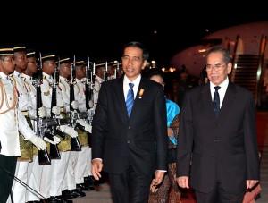 Presiden Jokowi didampingi PM Malaysia Najib Razak memerika pasukan kehormatan saat tiba di Bandara Kuala Lumpur, Malaysia, Jumat (20/11) malam. Foto: Cahyo/Setpres