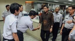 Menhub Ignasius Jonan saat menginspeksi pegawai Kemenhub, di Jakarta, beberapa waktu lalu