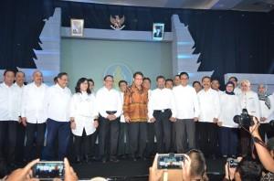 Menkominfo Rudiantara berpose bersama para pengurus Bakohumas 2015-2020, di Dyandra Convention Center, Surabaya, Rabu (18/11) malam