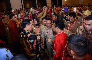 Presiden Jokowi berbincang dengan peserta Munas V APPSI, di Hotel Clarion, Makssar, Sulsel, Rabu (25/11) malam