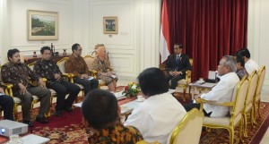 Presiden Jokowi didampingi sejumlah Menteri menerima Tim Pokja Karhutla dan Gambut, di Istana Merdeka, Jakarta, Selasa (3/11(