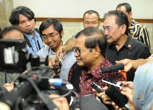 Seskab Pramono Anung didampingi Waseskab Bistok Simbolon menjawab wartawan, di kantor Kepresidenan, Jakarta, Kamis (5/11)