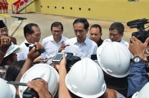 Presiden Jokowi didampingi Menhub dan Seskab Pramono Anung menjawab wartawan seusai meresmikan kapal pengangkut ternak, di Bangkalan, Madura, Jatim, Selasa (10/11)