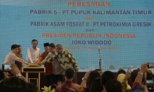 Presiden Jokowi didampingi Menteri BUMN dan sejumlah pejabat meresmikan Pabrik 5 PT. Pupuk Kaltim, di Bontang, Kaltim, Kamis (19/11)