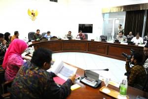 Presiden Jokowi didampingi Wapres Jusuf Kalla memimpin ratas dana Bansos, di kantor Presiden, Jakarta, Jumat (27/11)