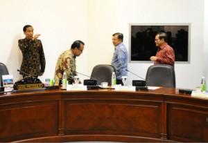 Presiden Jokowi dan Wapres Jusuf Kalla menjelang memimpin ratas, di kantor Kepresidenan, Jakarta, Jumat (27/11)