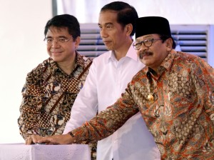 Presiden Jokowi didampingi Kepala BKPM dan Gubernur Jatim secara resmi meluncurkan program Penciptaan Lapangan Kerja, di Gresik, Jatim, Rabu (11/11). Foto: Cahyo/Setpres