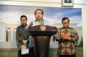 Menkeu Bambang Brodjonegoro didampingi Mendagri Tjahjo Kumolo dan Seskab Pramono Anung menyampaikan keterangan pers, di kantor Presiden, Jakarta, Senin (2/11) sore
