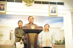 Seskab Pramono Anung didampingi Mendagri dan Menkeu menyampai keterangan pers seusai sidang kabinet paripurna, di kantor Presiden, Jakarta, Senin (2/11) sore