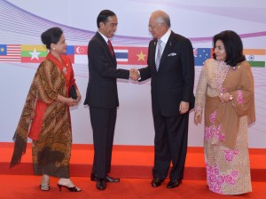 Presiden Joko Widodo didampingi Ibu Negara Iriana disambut PM Najib Tun Razak dan istrinya Rosma, saat tiba di arena pembukaan KTT ASEAN, di Kuala Lumpur, Malaysia, Sabtu (21/11). Foto: Cahyo/Setpres