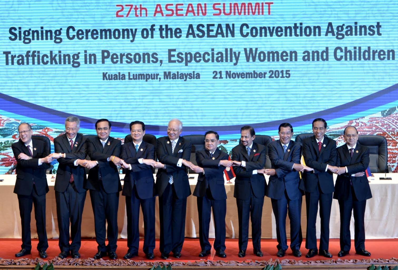 Para pemimpin negara-negara ASEAN bergandengan tangan dalam pembukaan KTT ke-27 ASEAN, di Kuala Lumpur, Malaysia, Sabtu (21/11)