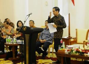 Presiden Jokowi berjalan menuju podium saat sidang kabinet paripurna, di Istana Bogor, Jabar, Senin (23/11)