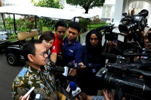 Menteri ESDM Sudirman Said menjawab wartawan di lingkungan Istana Kepresidenan, Jakarta, Jumat (13/11) sore