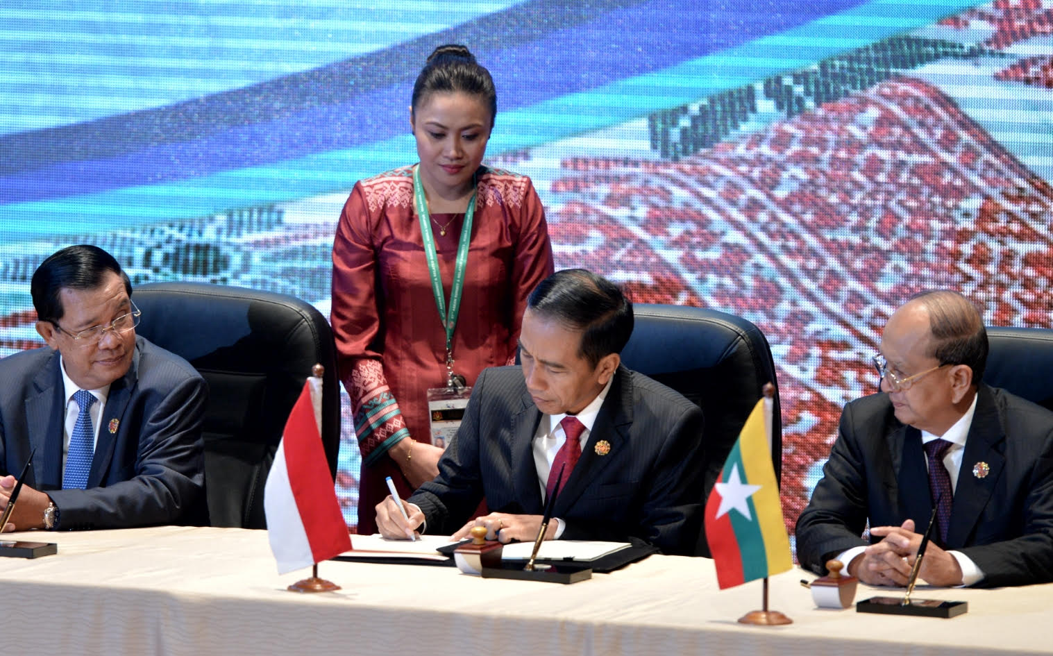 Presiden Jokowi bersama para pemimpin negara ASEAN lainnya menandatangani ASEAN Convention Against Trafficking in Persons, Especially Women and Children, di Kuala Lumpur, Malaysia, Sabtu (21/11)