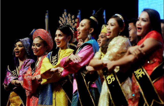 Para penari wanita dengan kostum tradisional masing-masing negara ASEAN menutup rangkaian KTT ke-27 ASEAN, di Kuala Lumpur, Malaysia, Minggu (22/11). Foto: Bernama