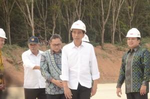 Presiden jokowi didampingi Ketua MPR Zulkifli Hasan dan Menteri PUPR meninjau progress pembangunan tol lintas Sumatera di ruang Lampung, Jumat (6/11)
