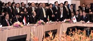 Presiden Jokowi di antara pemimpin ASEAN, Jepang, RRT, dan Korea Selatan dalam KTT ASEAN Plus Three, di Kuala Lumpur, Malaysia, Sabtu (21/11). Foto: Cahyo/Setpres