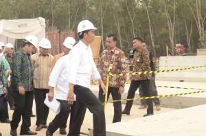 Presiden Jokowi meninjau perkembangunan pembangunan jalan tol Trans Sumatera di ruang Lampung-Palembang, Jumat (6/11) siang