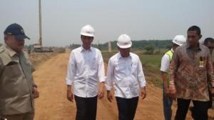 Presiden Jokowi didampingi Gubernur Sumsel saat meninjau pembangunan ruas Jalan Tol Sumatera di Indralaya, beberapa waktu lalu