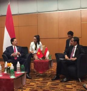 Presiden Jokowi dan PM Vietnam Nguyen Tan Dung melakukan pembicaraan bilateral, di sela-sela KTT ASEAN, di Kuala Lumpur, Malaysia, Minggu (22/11). Foto: Cahyo/Setpres