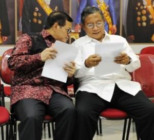 Menko Perekonomian Darmin Nasution dan Seskab Pramono Anung berdiskusi sebelum mengumumkan Paket Kebijakan VI