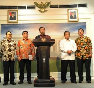 Seskab Pramono Anung didampingi Menko Perekonomian, Menteri Agraria & Tata Ruang, Ketua OJK, dan Kepala Badan POM menyampaikan Paket Kebijakan VI