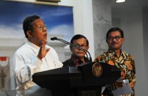 Menko Perekonomian Darmin Nasution didampingi Seskab Pramono Anung dan Menteri Agraria & Tata Ruang menyampaikan Paket Kebijakan Ekonomi 6