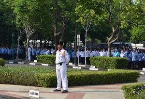 Anggota Korpri mengikuti upacara peringatan HUT ke-44 Korpri, di halaman parkir Kemensetneg, Jakarta, Senin (30/11) pagi