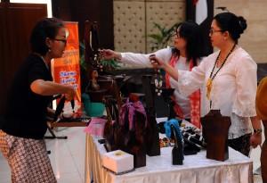 Penasihat DWP Sekretariat Kabinet Endang Nugrahani Pramono Anung Wibowo meninjau salah satu stand bazar, di Gedung III Kemensetneg, Jakarta, Jumat (4/12)