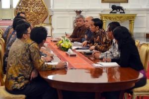 Presiden Jokowi didampingi Kepala Staf Presiden Teten Masduki menerima perwakilan CSOs, di Istana Merdeka, Jakarta, Kamis (17/12)