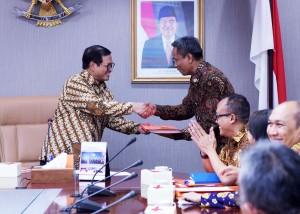 Seskab, Pramono Anung, Menyerahkan DIPA kepada Deputi Bidang Dukungan Kerja Kabinet di ruang rapat Seskab (29/12)