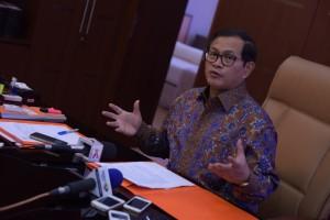 Seskab, Pramono Anung, saat menjawab pertanyaan wartawan di ruang kerjanya (30/12)