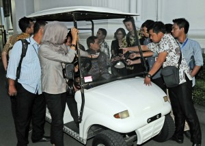 Cabinet Secretary Pramono Anung answered the questions of the journalists who stopped him after a limited cabinet meeting, at the Presidential Office, Jakarta, on Tuesday (22/12) afternoon.