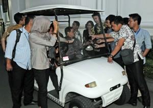 Seskab Pramono Anung menjawab wartawan yang mencegatnya usai rapat terbatas, di kantor Presiden, Jakarta, Selasa (22/12) sore