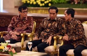Presiden Jokowi berbincang dengan Menkumham dan Ketua Komnas HAM saat menghadiri peringatan Hari HAM se Dunia 2015, di Istana Negara, Jakarta, Jumat (11/12)